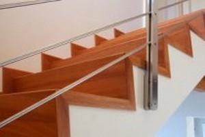 Преимущества облицовки лестниц деревом