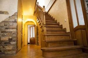 Отделка лестниц из бетона деревом