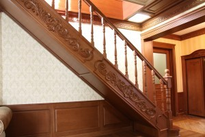 Преимущества отделки лестниц дубом