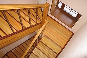 Лестницы из лиственницы на заказ