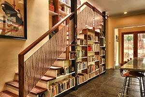 Лестницы из дерева со стеллажом