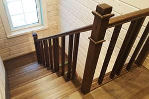 Лестница из лиственницы цена под ключ