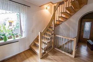 Деревянная лестница на второй этаж цена со сборкой