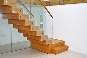 Монтаж деревянной лестницы по доступной цене