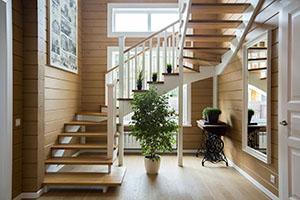 Недорогая деревянная лестница на второй этаж